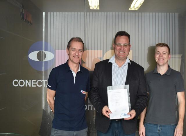 Fábio Kerber, Marcio Jung e Moisés Ritter com o contrato de patrocínio do Fórum Fimec