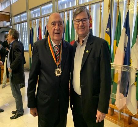 Fundador do Grupo Sinos recebe a Medalha do Mérito Farroupilha